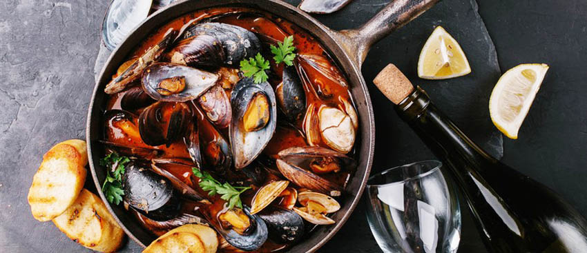 Mussel stew can be found in many traditional tavernas